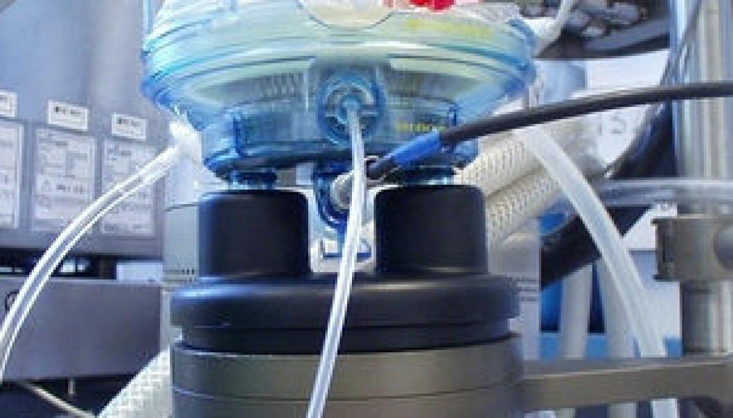 """Nærbilde av en oksygenator, som er hjerte-lungemaskinens """"lunge"""". Oksygenatoren tilfører pasientens blod oksygen, og fjerner karbondioksid. (Foto: Frode Kristiansen/Rikshospitalet)"""