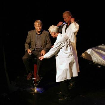 """Scene fra forestillingen """"Ja, hjärna!"""", der skuespillerne Peder Falk og Johan Paulsen medvirker. Det gjør også hjerneforsker Lars Olson. Foto: Andreas R. Graven."""