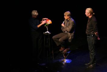 """I """"Ja, hjärna!"""" får skuespillerne Peder Falk (t.v), Johan Paulsen og hjerneforsker Lars Olson (midten) fram både humoren og alvoret med hjernen. Vitenskapsteater er en del av Forskningsdagene 2008, og ble spilt på Victoria Teater i Oslo. Foto: Andreas R. Graven."""