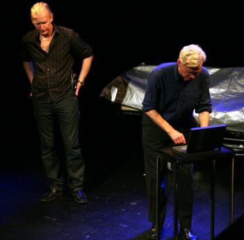 Skikkelsen som Johan Paulsen (t.v)spiller, vil gjerne oppgradere hjernen med et helt leksikon. Han  får til svar av Peder Falks karakter at det ikke er noe problem. I virkeligheten er det ikke så enkelt... Foto: Andreas R. Graven.