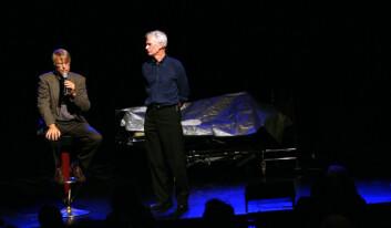 Etter forestillingen åpnes det opp fra spørsmål fra publikum. Hjerneforsker Lars Olson og skuespiller Peder Falk (t.h) på scenen. Foto: Andreas R. Graven.