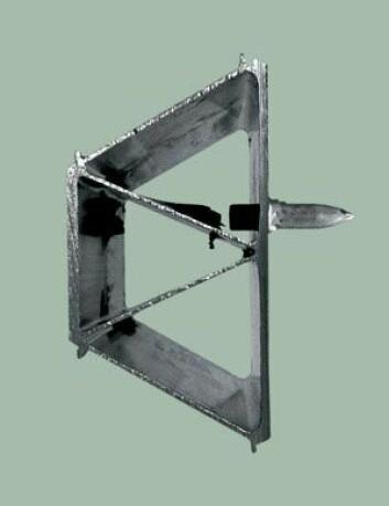 HIT MEN IKKE LENGER: Aluminiumsprofil sett ovenfra. Prosjektilet har gått inn i ytterveggen fra venstre og passert to lag aluminium, men blir stoppet i det siste – selv uten fyllmasse i profilen. Foto: SIMLab