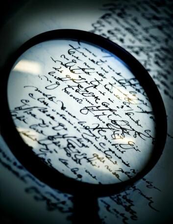 Gamle handskrivne engelske tekstar granskas av forskarar ved Universitetet i Stavanger. Nye funn blir meldt inn til Oxford English Dictionary. (Foto: Elisabeth Tønnessen)