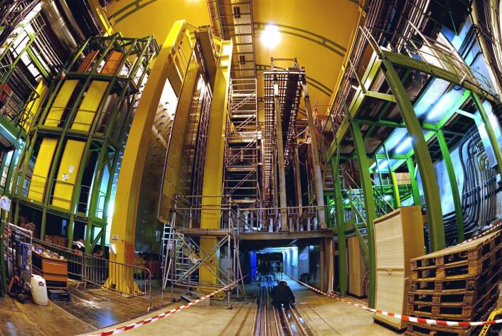 """""""LHCb er en av fire store detektorer som er koblet til verdens kraftigste partikkelakselerator, LHC.Detekteren veier 4500 tonn, og kan kanskje gi oss noe av forklaringen på hvorfor det finnes materie i universet.(Foto: CERN)"""""""