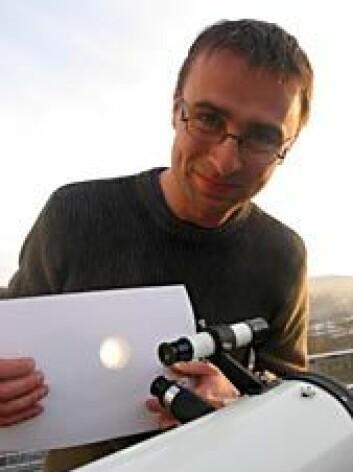 """""""Gjennom teleskopet kan Nils Erland Leinebø Haugen for tida se flere store solflekker."""""""