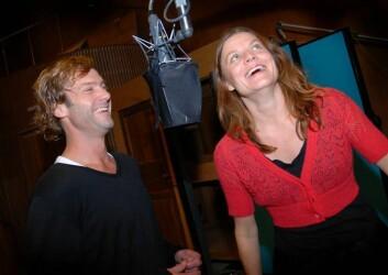 Espen Reboli Bjerke og Rebekka Karijord spiller Lars og Rakel, et par med kommunikasjonsproblemer. Her i et lystig øyeblikk i radioteaterstudio på Marienlyst. (Foto: Hege Fagerheim)
