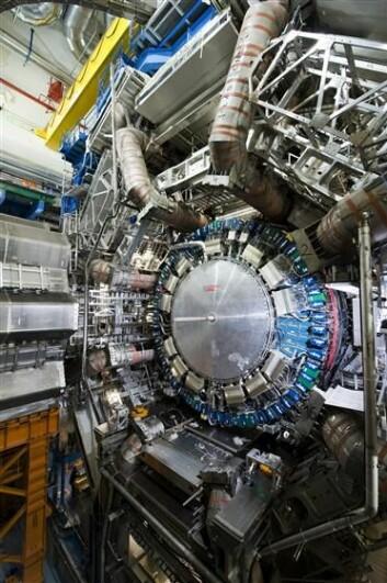 """""""Dette bildet av ATLAS er fra begynnelsen av februar 2008. Hele ATLAS-kontruksjonen er 46 meter lang og 25 meter høy. De fleste detektorene er nå på plass, og neste store skritt er å forsegle ATLAS. FOTO: CERN"""""""