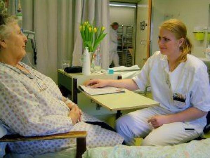 """""""Sjukepleiarstudent Berit Netland i samtale med ein pasient. 112 sjukepleiarstudentar ved Høgskolen i Bergen har gjennom- ført samtalar med over 100 sjukehuspasientar. (Foto: Liv Utne)"""""""