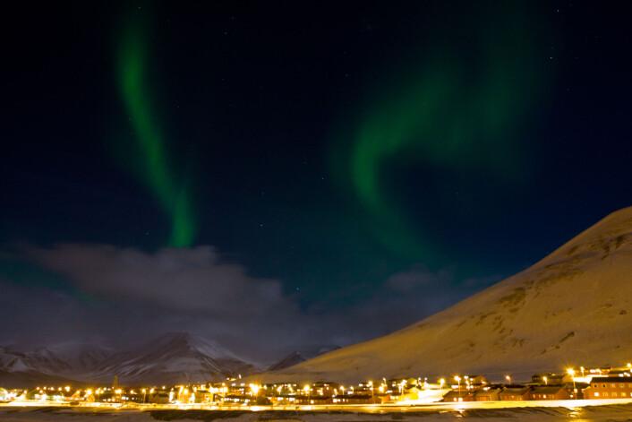 """""""Nordlyset leker seg over vinterhimmelen i Longyearbyen. Svalbards geografiske posisjon gjør at man har en unik mulighet til å studere dagnordlyset."""""""
