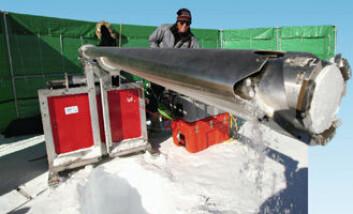 """""""Lou Albershardt har hentet opp en ny iskjerne fra et 90-metershull. """""""