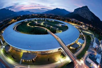 """""""STORSKALA: Synkrotronforskningsinstituttet i Grenoble (ESRF) er et eksempel på storskala forskningsfasiliteter. Det er et slags supermikroskop. Synkrotronstråler er superkraftige røntgenstråler som gjennom mye høyere energiintensitet enn vanlige røntgenstråler kan brukes til å se inn i molekylstrukturen i materialer. Norge bidrar sammen med Sverige, Danmark og Finland i dag til fire prosent av ESRFs budsjett."""""""