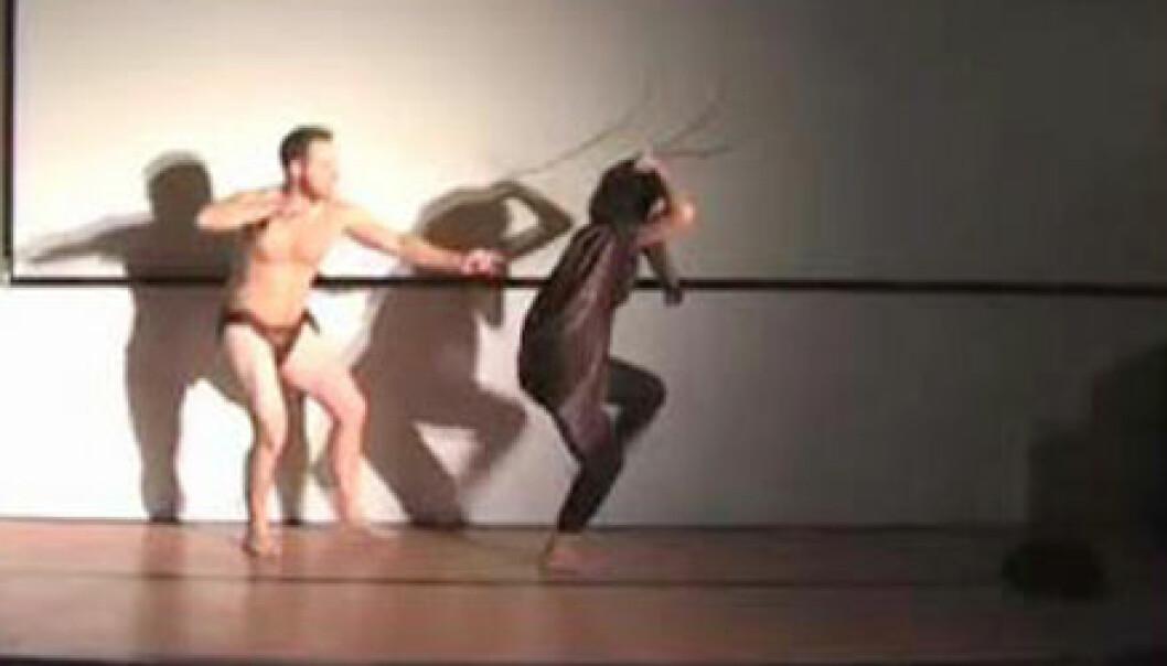"""""""Brian Stewart en blant dem som har tatt sjansen på fremføre doktorgradsarbeidet sitt som en dans. Her pågår antilopejakt. Foto: Christopher Campregher og James Hutchins."""""""