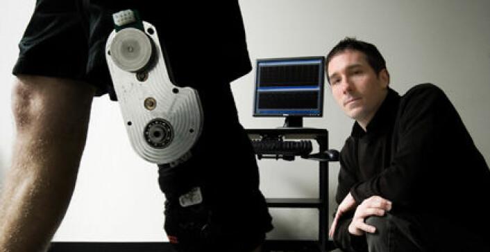 """""""Forsker Max Donelan bak apparatet som fanger energi fra kneet og forvandler den til elektrisk energi."""""""