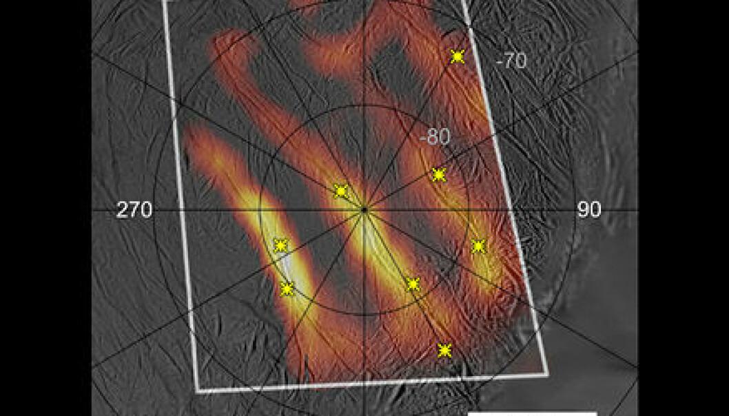 """""""Cassini målte også varmen fra tigerstripene nær sørpolen på Enceladus. Disse stripene er sprekker i over flaten. Her sitter geysirene (gule stjerner) som er ansvarlige for vannspruten som strekker seg langt ut i rommet."""""""