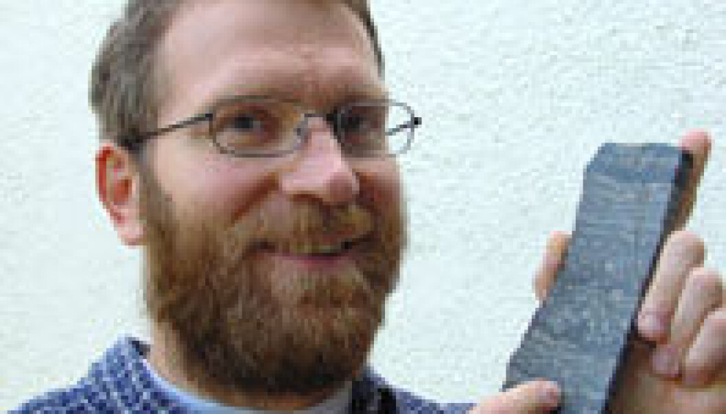 """""""Aivo Lepland viser frem utrolig gammel stein uten spor av liv."""""""