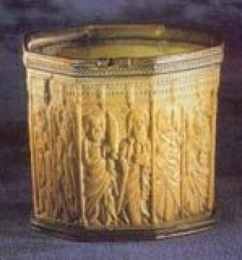 """""""Denne beholderen av elfenben har antakelig tilhørt erkebiskop Aslak Bolt og befinner seg nå i Lund domkirke."""""""