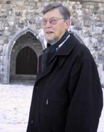 """""""Senterleder Audun Dybdahl har studert gamle skrifter fra middelalderen i Trondheim og funnet ut hva slags rikdommer geistligheten veltet seg i. Foto: Synnøve Ressem"""""""