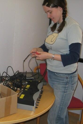 """""""Anne Marit Bødal setter opp utstyret før et intervju. (Foto: UiO)."""""""