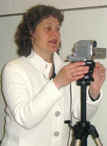 """""""Professor Janne Bondi Johannessen var prosjektleder for NoTa-innsamlingen. Her klargjør hun kamera før et intervju. (Foto: UiO)"""""""