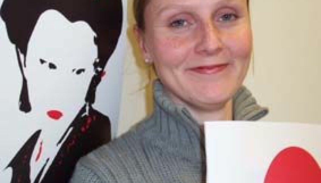 """""""Prosjektleder Marit Skimmeli er fornøyd med designet på plakatene til Japan 2002, laget av NTNUs egne studenter."""""""