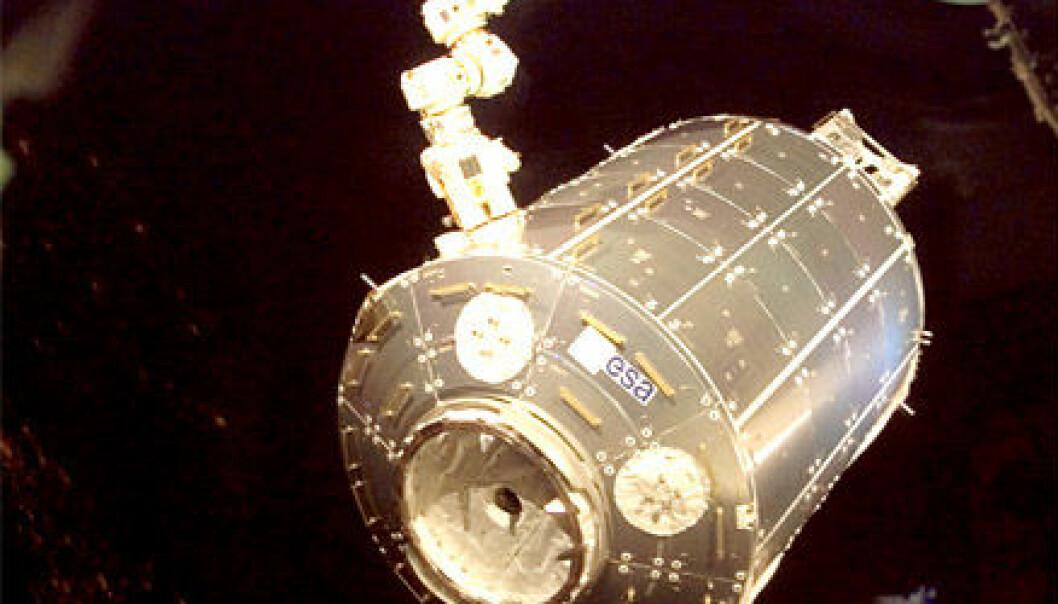 """""""Her løftes Columbus ut av lasterommet på romfergen Atlantis."""""""