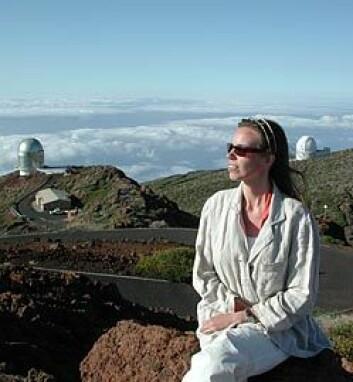 """""""PÅ TOPPEN AV VERDEN: Anlaug Amanda Kaas er supportastronom på Nordic Optical Telescope (bygningen til venstre), nærmere 2400 meter over havet i et klima hvor 50 prosent av nettene er fullstendig skyfrie. (Foto: Bjarne Røsjø)"""""""