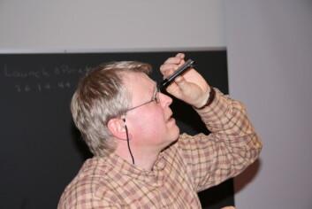 """""""SER LYSET: Kjartan Olafsson bruker et spektroskop til å studere lyset i taklampen på UNIS"""""""