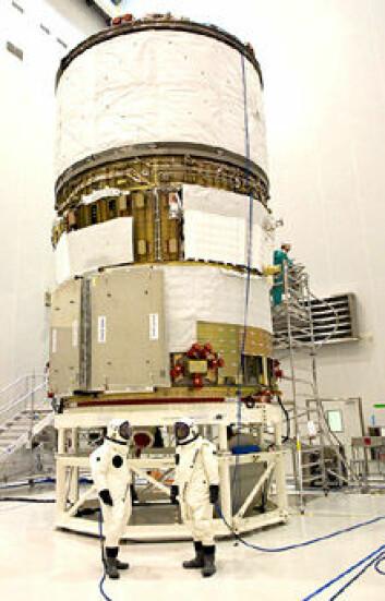 """""""ATV blir satt sammen og klargjort for oppskytning på den europeiske rombasen i Kourou i Fransk Guyana. Under fyllingen av drivstoff måtte personalet ha på seg spesielle beskyttelsesdrakter."""""""