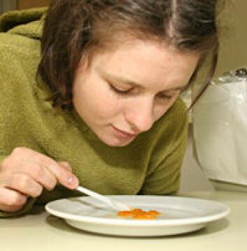 """""""Smaksdommer Karla Vrbova vurderer kvaliteten på rogna til kråkeboller som har fått spise det nye fôret."""""""