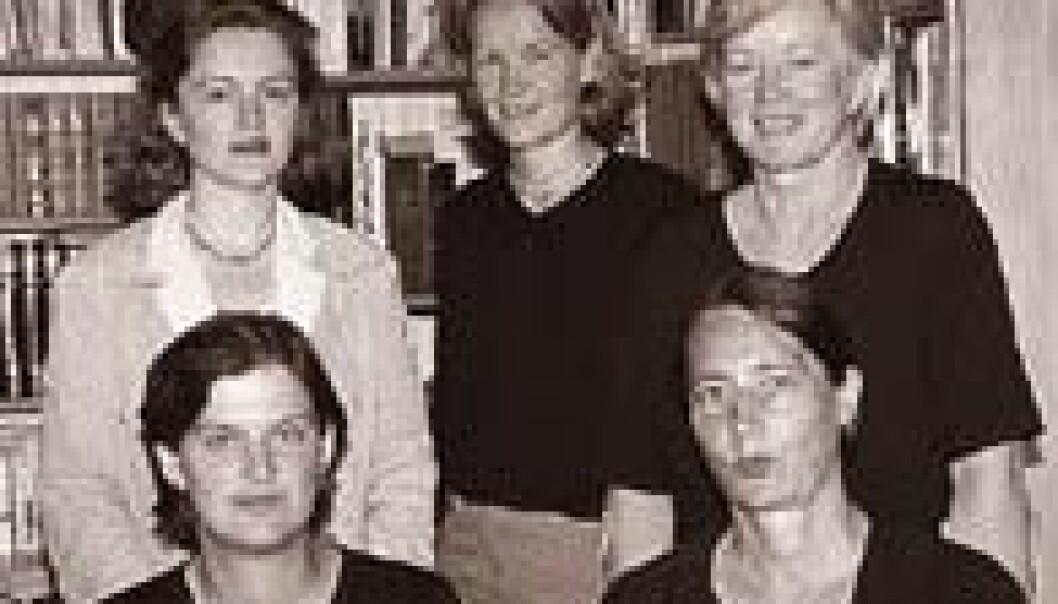 """""""BOKPROSJEKT: Inger Skjelsbæk (nederst t.v.), Elise Barth, Torunn L. Tryggestad, Gudrun Bertinussen og Kari Karamé har samarbeidet om en bok som dokumenterer kvinners innsats i krig. (Foto: Siw Ellen Jakobsen)"""""""