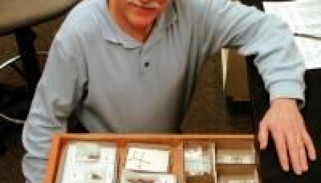 """""""University of Oregon-arkeologen Dennis L. Jenkins med noe av det han fant i løpet av to somre med utgravninger."""""""