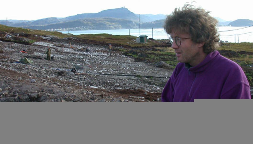 """""""Prosjektleder for de arkeologiske utgravningene på Melkøya, Anders Hesjedal, med Hammerfest by i bakgrunnen."""""""