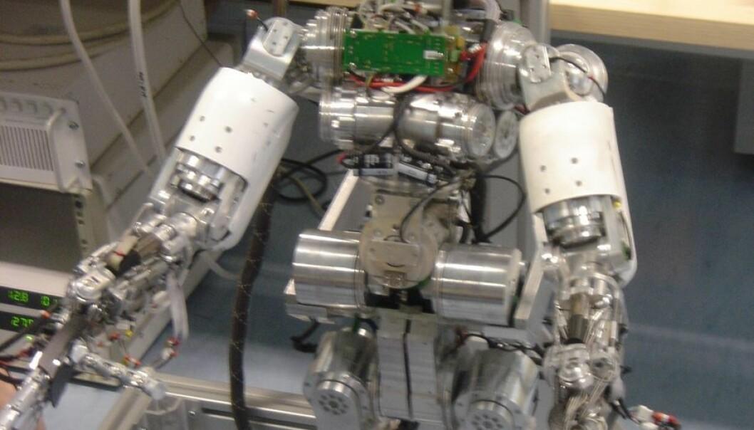 """""""iCub ser med forventning fram mot å lære seg å snakke. Ved hjelp av en undervisningsmetode som kalles ITALK, skal den lille roboten lære seg å snakke, omtrent på samme måte som et barn. Foto/rettigheter: University of Hertfordshire"""""""