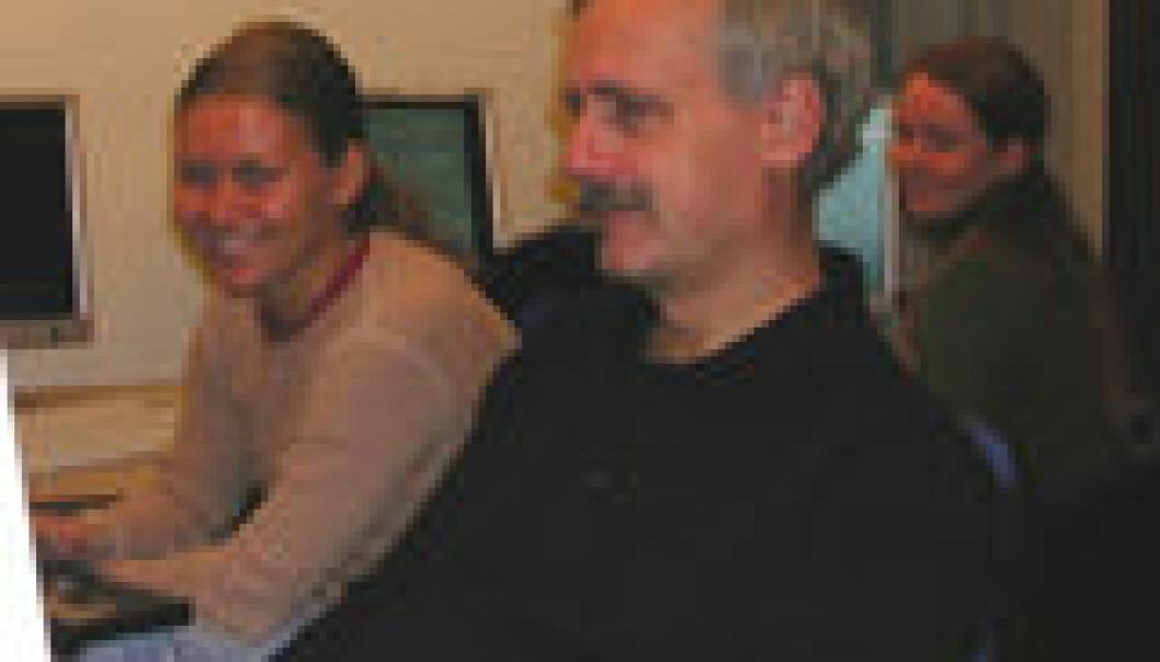"""""""Tre av de norske forskerne kan glede seg over unike bilder som kommer inn på dataskjermene på observatoriet SST. Fra venstre Astrid Fossum, Mats Carlsson, Elin Marthinussen, alle fra Astrofysisk institutt, UiO. (Foto: Viggo Hansteen)"""""""