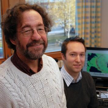"""""""Finn Løvholt (bak) har basert sitt doktorgradsarbeid på en matematisk beregning som ble gjort av Gisler (foran)."""""""