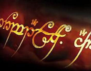 """""""Ordene på ringen er på det onde språket svartmål, men skrevet med bokstaver fra tengwaralfabetet."""""""