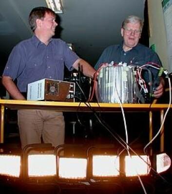 """""""PÅ HAVETS BUNN. Espen Haugs (t.v.) og Frank Strand tester Magtechs frekvensomformer. (Foto: Bjarne Røsjø)"""""""