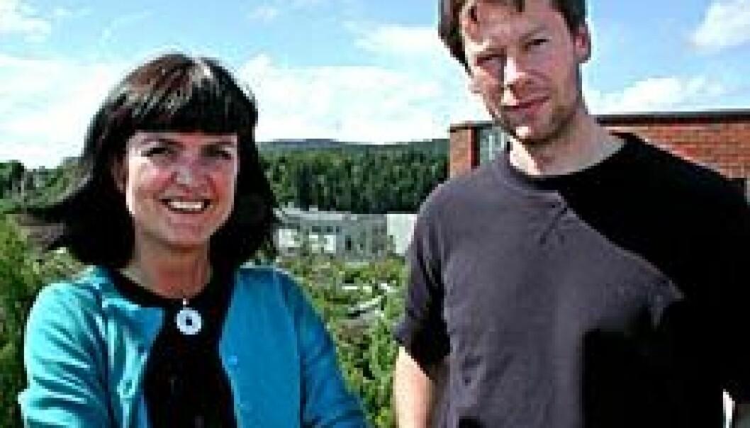 """""""DEN STORE FORSKJELLEN: Miljøforskerne Tora Skodvin og Jon Birger Skjærseth har lett etter forklaringen på oljeselskapene Shells og ExxonMobils ulike strategier i klimaspørsmål. (Foto: Bjarne Røsjø)"""""""