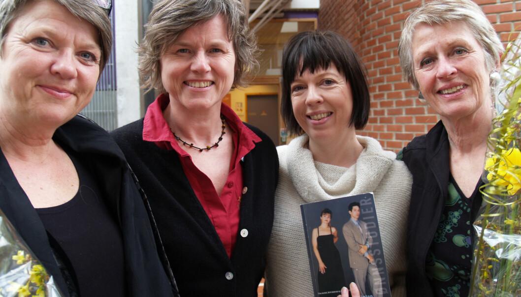 """""""Britt Andersen (nr 1 fra venstre), Agnes Bolsø (nummer to fra venstre) og Trine Annfelt (lengst til høyre) har vært redaktører for «Når heteroseksualiteten må forklare seg». Kristin Spilker (nummer 3 fra venstre) har bidratt med en artikkel. (Foto: Kristin Engh Førde)"""""""