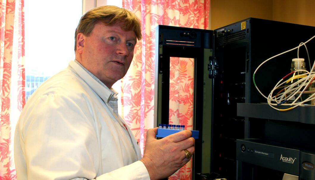 """""""Avansert blodanalyse krever mer avanserte maskiner. Førsteamanuensis og overlege ved Medisinsk biokjemi, Yngve Figenschau håndterer en massespektrometrimaskin."""""""