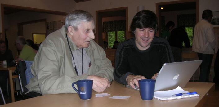 Peter Svenonius(UiT) med ein eldre informant under NORMS-feltarbeidet i Älvdalen i 2007. (Foto: Øystein A. Vangsnes)