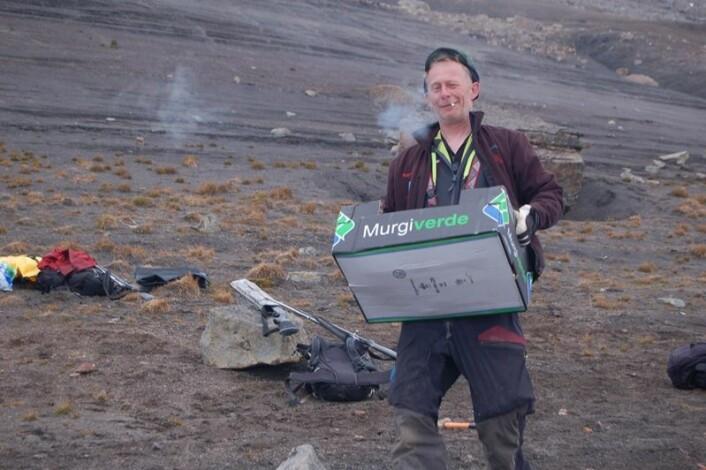 Stig Larsen gliser fra øre til øre. (Foto: Erik Tunstad)