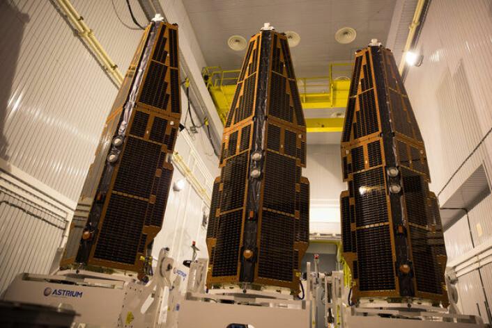 Swarm-satellittene før oppskyting. De tre satellittene skal undersøke jordas magnetfelt. Foto: ESA/M. Shafiq (Foto: ESA/M. Shafiq)