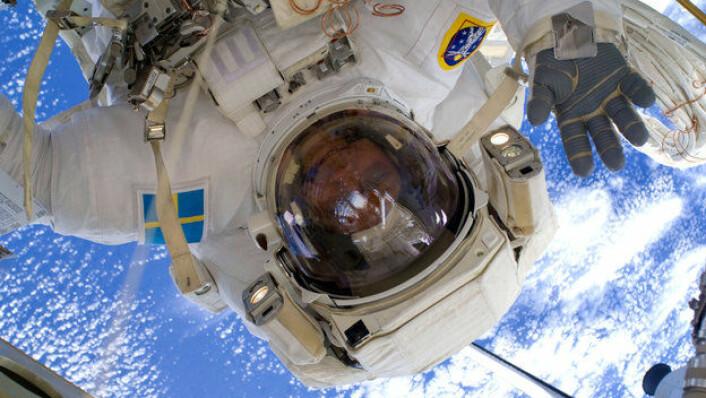 ESAs astronaut Christer Fuglesang vinker fra romvandring utenfor romstasjonen i 2009. (Foto: ESA/NASA)