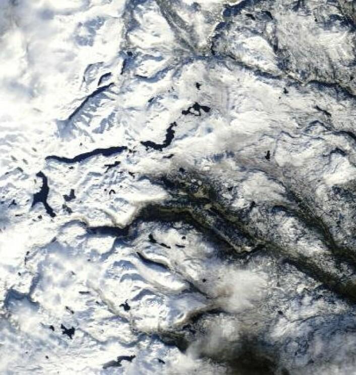 Det er snø i fjellet, men isfritt på Tyin, Bygdin, Vangsmjøsa og Gjende foreløpig. I hvert fall i følge dette bildet som NASAs satellitt Terra tok 26. oktober. (Foto: (NASA Terra MODIS))