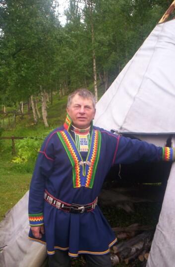 Mann i pitesamisk kofte i Beiarn. Foto: Norbert Kiss (Foto: Norbert Kiss/Wikimedia Commons)