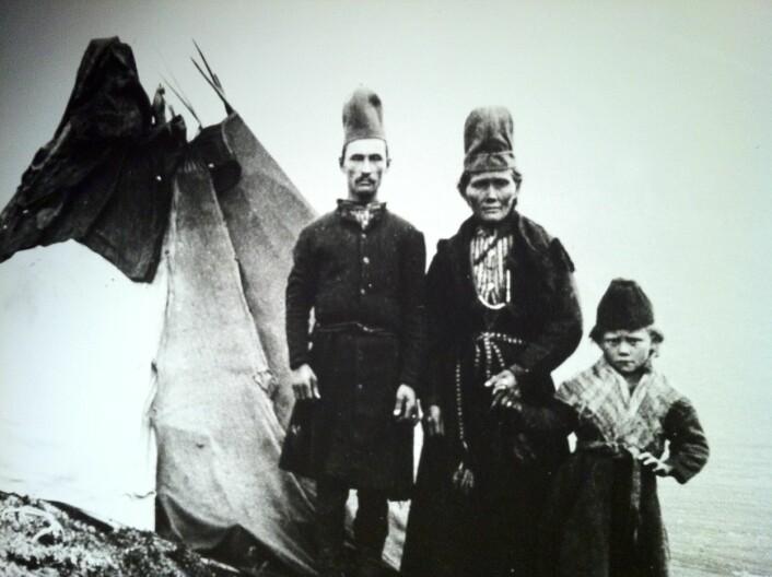 """""""Utsnitt av gammalt bilete av ein pitesamisk familie, utstilt på Silvermuseet i Arjeplog. © """" (Foto: Silvermuseet, Arjeplog/Øystein A. Vangsnes)"""
