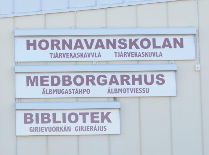 Trespråkleg skilting i Arjeplog: Svensk, pitesamisk, nordsamisk Foto: Marit Myrvoll, NIKU