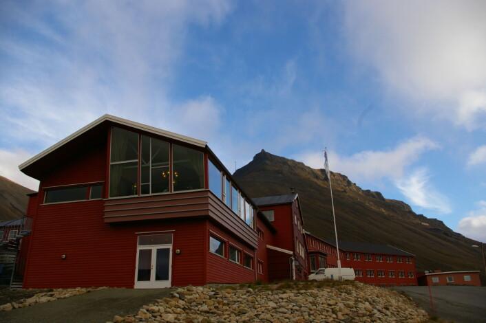 """""""Spitsbergen Hotell, tidligere Funken, er et et sted med mye historie i veggene. Og med utrolig behagelige skinnsofaer. (Foto: Bjørnar Kjensli)"""""""