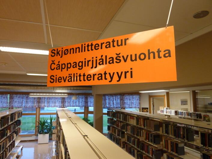 Trespråkleg skilt på Porsanger bibliotek (Foto: © Øystein A. Vangsnes)